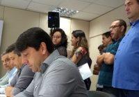 Presença de Prisco em anúncio constrange Neto e líder grevista deixa rapidamente evento